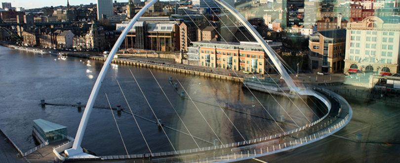 Gateshead Millennium Bridge - É uma ponte para pedestres e ciclistas. Tem a forma de um C, com cabos de sustenção inclinados.