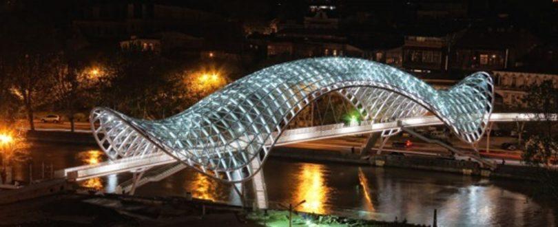The Bridge of the Peace - É uma ponte pedonal em forma de arco, assim uma construção de aço e vidro iluminada com numerosos LEDs