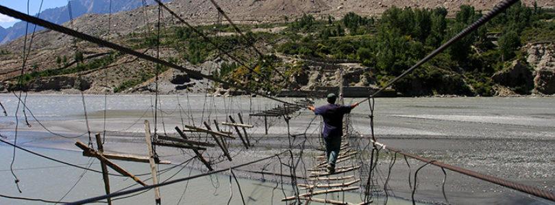 Ponte Pendente de Hussaini - Ponte de madeira de má qualidade