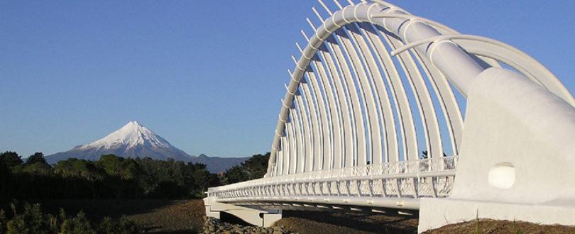 Rewa Rewa Bridge - É uma ponte para pedestres e ciclovia que atravessa o Rio Waiwhakaiho, a ponte é parte da extensão norte da Passarela Costeira