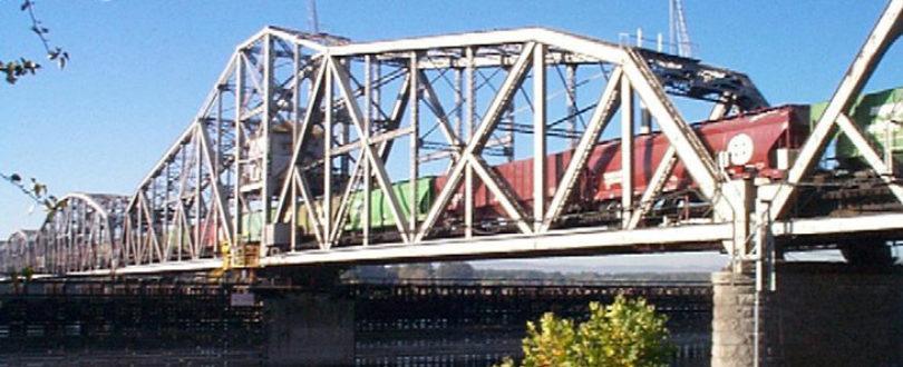 Pontes de treliças - sistemas de barras de aço entrelaçadas - para manterem sua sustentação, são compostas de muitas vigas de aço que, apoiam o peso.