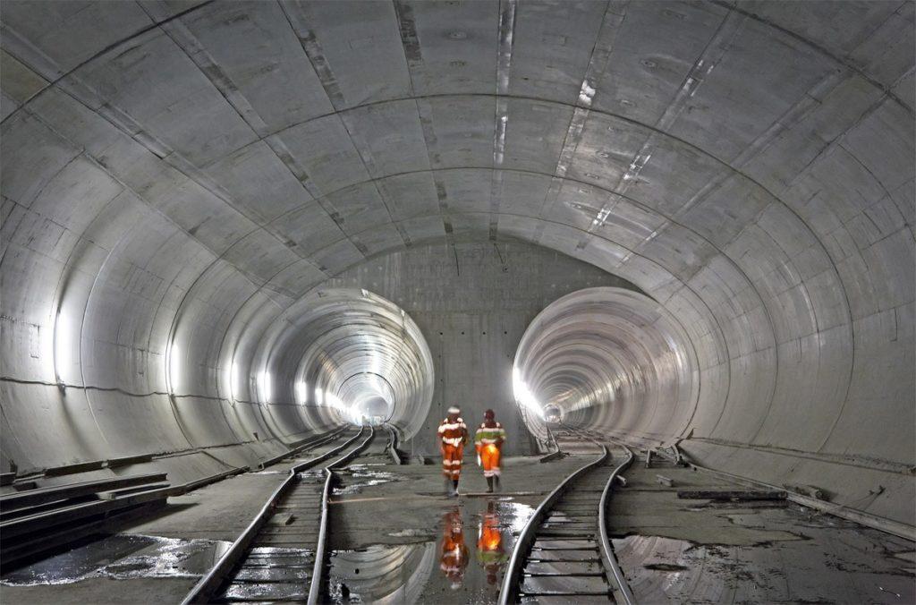 Gotthard é o maior túnel do mundo, com duas passagens paralelas de 56 km que cortam os Alpes Suíços