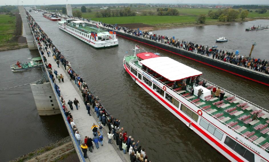 O Wasserstrassenkreuz (cruzamento de hidrovias) é um canal-ponte sobre o Rio Elba, que conecta as redes de vias navegáveis das antigas Alemanhas Ocidental e Oriental